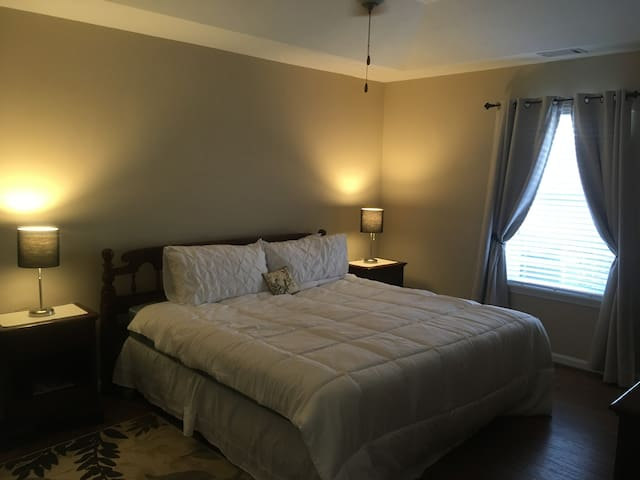 Peaceful nite's sleep near great eats & amenities.