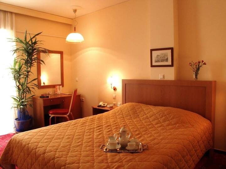 Single room in 3* Hotel . 10min walk to the Port