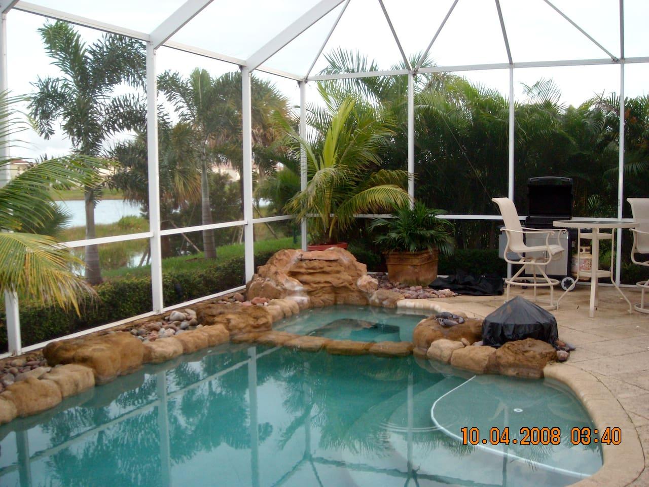 2 bedrooms pool/lake side