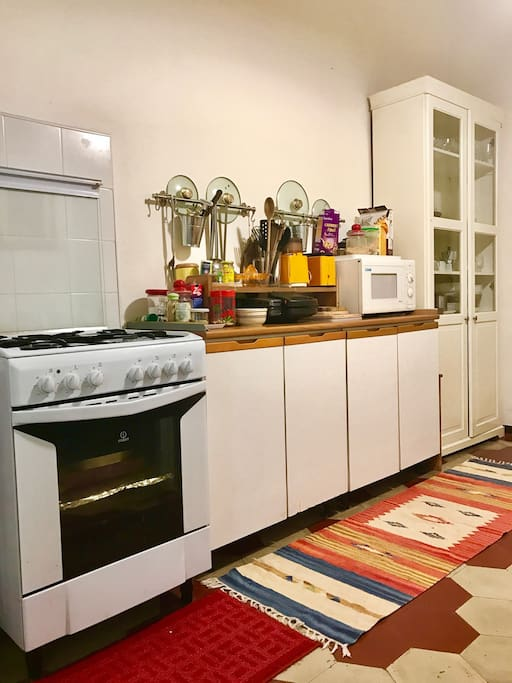 Complete kitchen with dining table