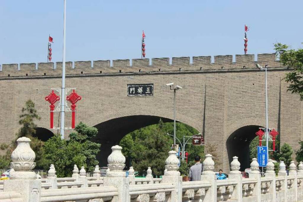 纪念冯玉祥将军而命名。距住所近在咫尺,依窗可见。西安西去的交通要道。
