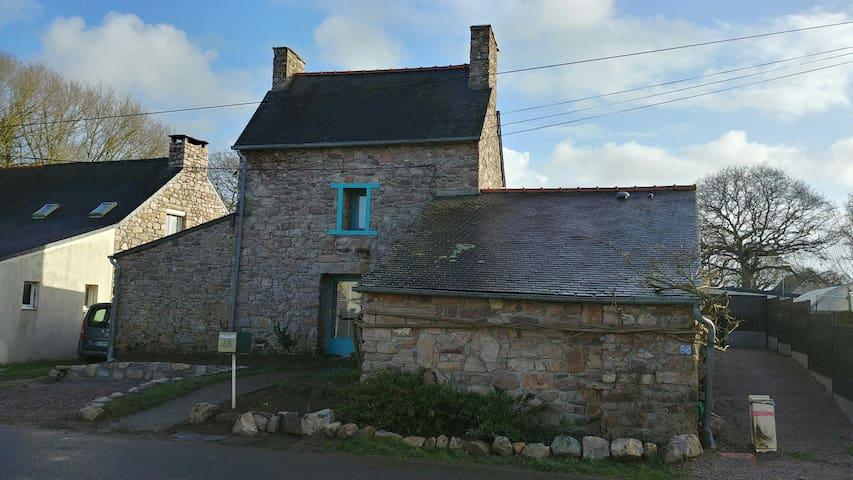 petite maison en pierres du pays