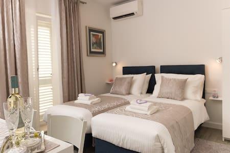 Aurelia- Luxurious Room