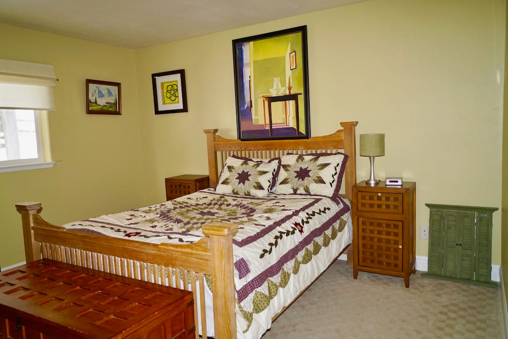 Very comfortable Queen Bed. Flat Screen Cable TV. Hi-speed Wifi.