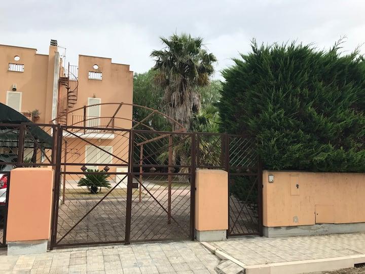 Ampia villa in villaggio Sciale degli Zingari.