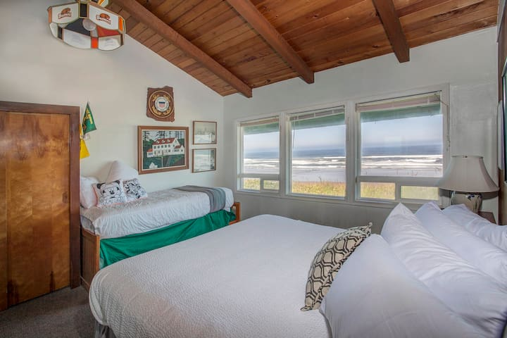 Oregon-themed oceanfront suite w/deck