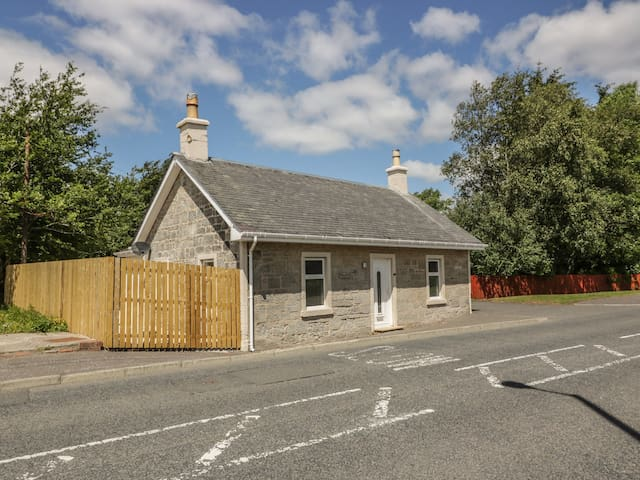THE OLD TOLL COTTAGE, pet friendly in Muirkirk, Ref 980244