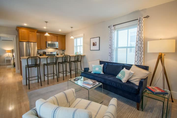 Urban Chic Furnished 2 Bed 2 Bath in the Heart of Portland`s Historic West End