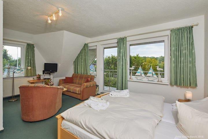 Ruhiges Doppelzimmer mit Balkon und Bad