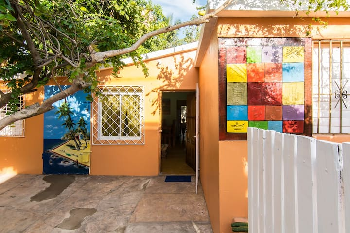 COLORFUL, COZY PARADISE BEACH HOUSE W/ BREAKFAST - Boca Chica - House