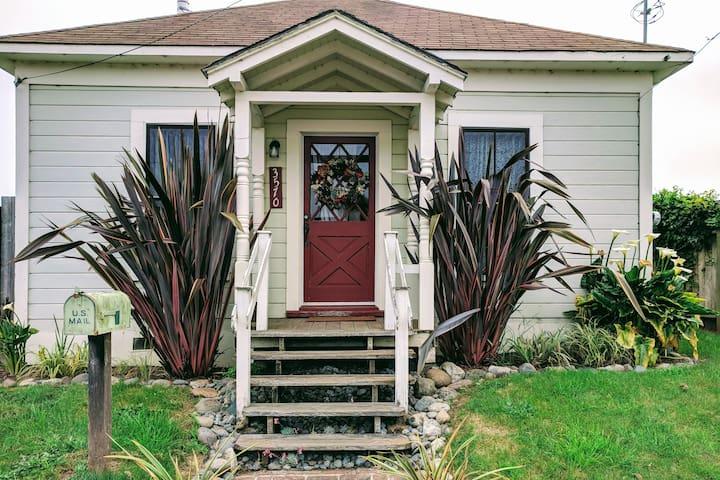 Cozy Victorian Cottage near Henderson Center