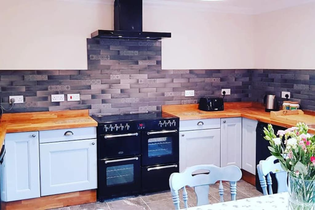 Solid Oak Kitchen, bright and spacious ideal for get-togethers. Large double oven, 6 hob induction plates with all other kitchen amenities, microwave, dishwasher, kettle toaster.