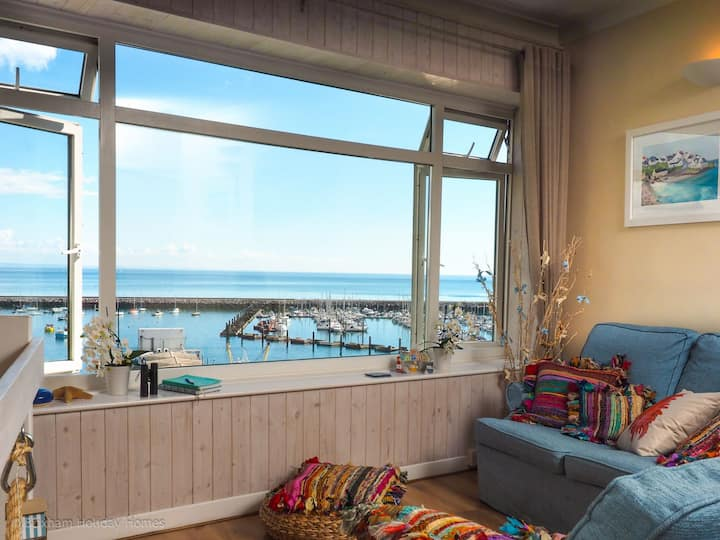 The Mizzen - a romantic 1 bedroom cottage with panoramic sea views
