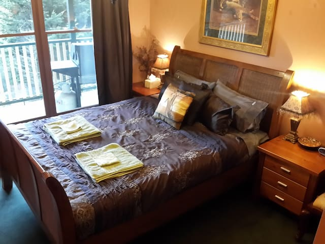 Rustic B&B Queen Bedroom 1 (shared bathroom) - Kalorama