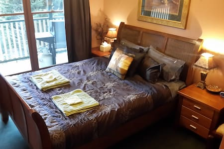 Rustic B&B Queen Bedroom 1 (shared bathroom) - Kalorama - Guesthouse