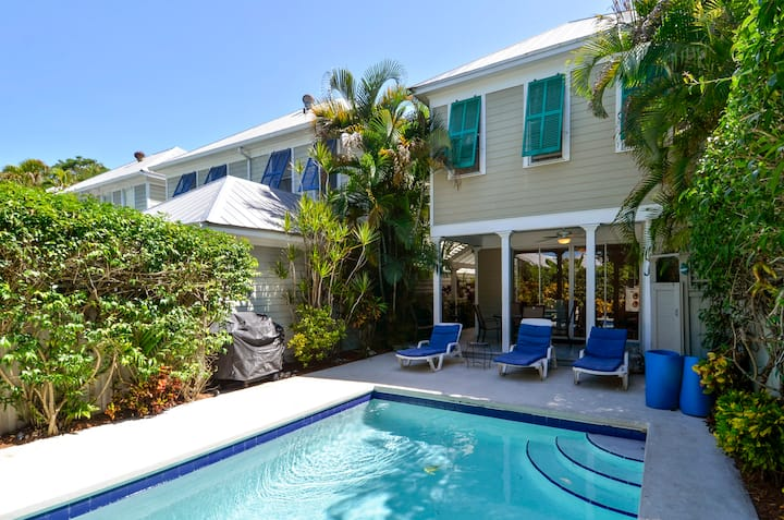 TROPICAL DREAMING, PET FRIENDLY PRIVATE HOME WITH PRIVATE POOL