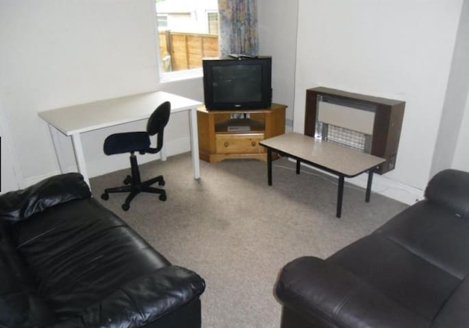 Double Bedroom in Selly Oak (shared - Бирмингем - Дом