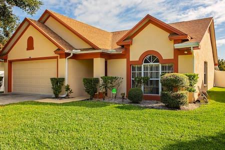 Unbelievable Value! Comfy home w/hot tub/Pond View