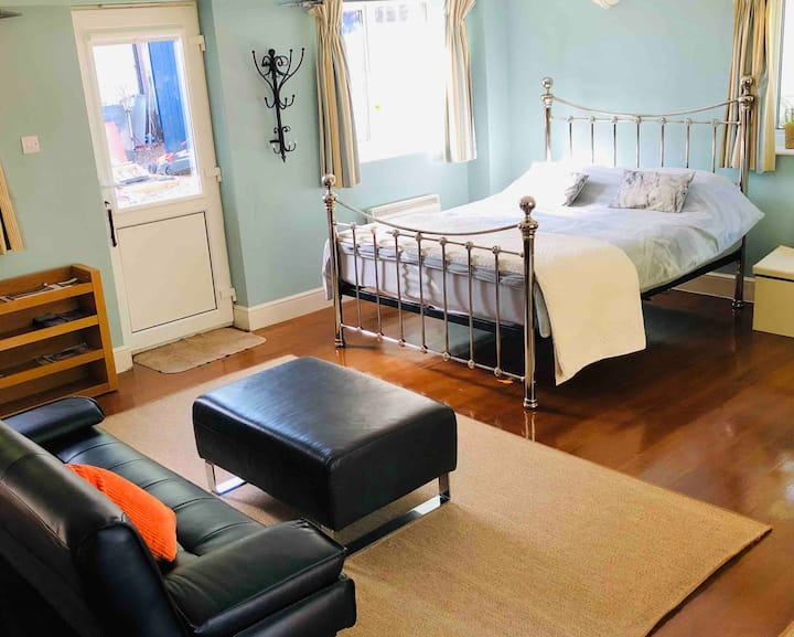 Self contained Annexe near Gatwick & Lingfield