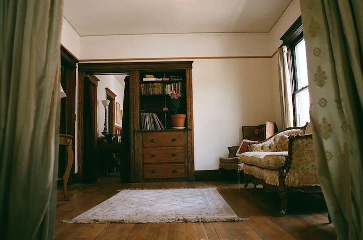 Victorian Era 2 Bdrm + Parlor - Detroit - Appartement