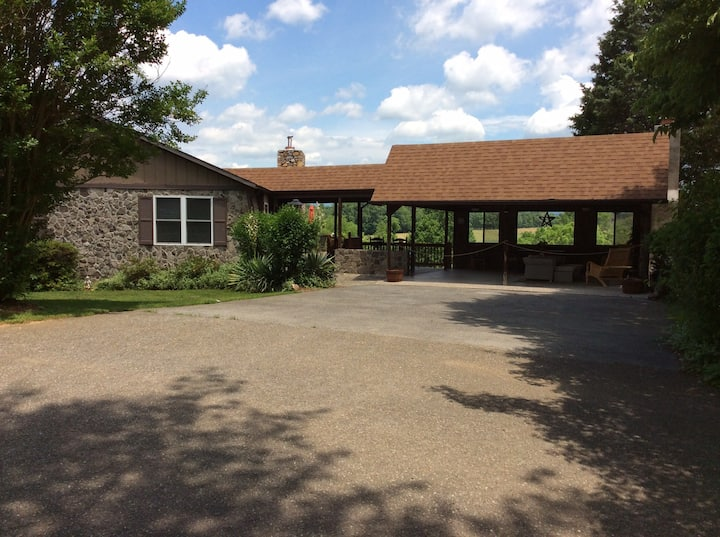 Vanquility Acres Inn & Peaksview Cottages