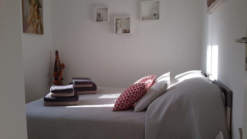 La chambre - 1 lit en 140 cm