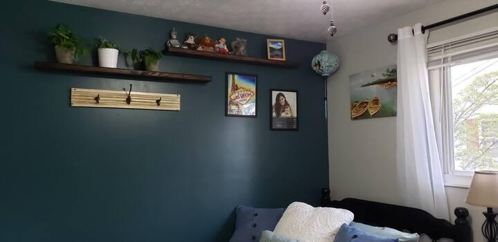 Comfortable Bedroom & Amenedies 7 minutes from CAK