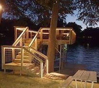 Ernie's Texas Lakehouse - Seguin - House