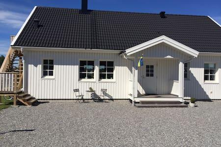 Eget hus 1 km från världsarvet - Tanumshede - House