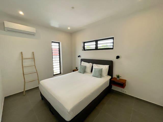 De hoofdslaapkamer met 2-persoons boxspring, ruime kledingkast, airconditioning en shutterramen met horren