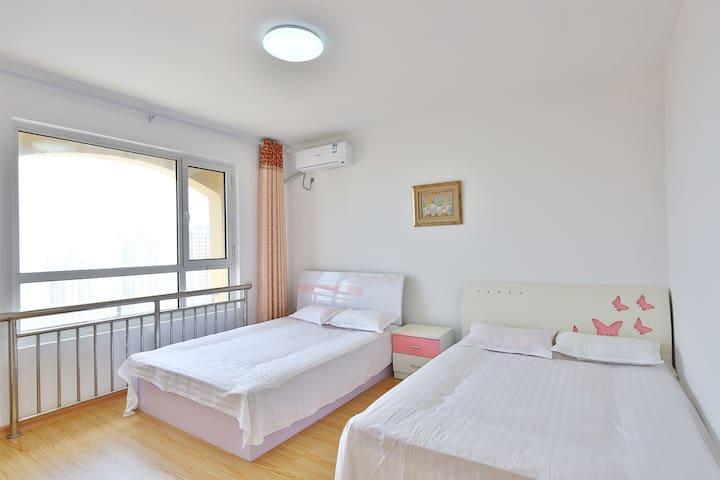 海景卧室,配有两张双人床和空调