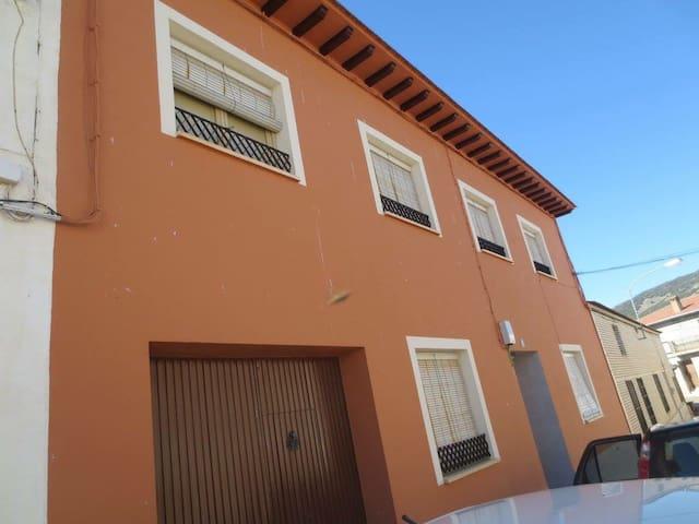 Casa de los Abuelos ubicada en un pueblo tranquilo