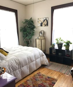 Sunny, Beautiful Room in Vibrant Willy St. Area - Madison - House