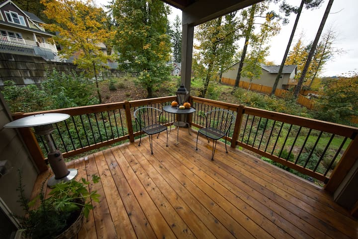Private outdoor living deck