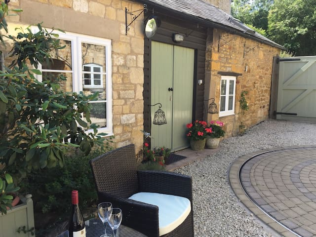 Lion Cottage, Blockley. Cotswolds. Sunny Courtyard