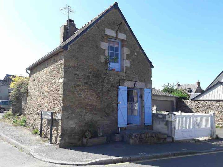 Maisonnette bretonne en pierre dans le village