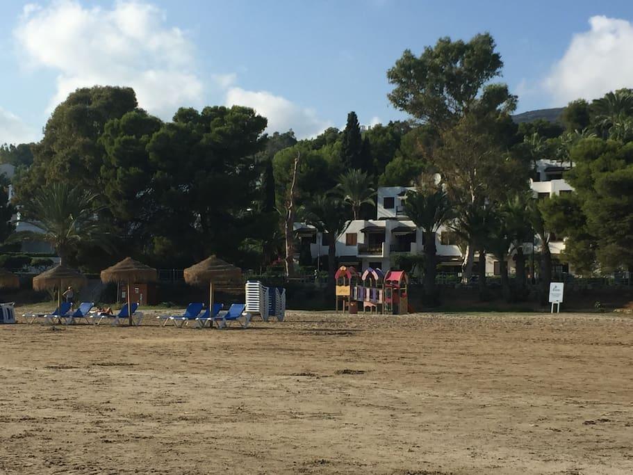 Vista de la casa desde la playa, con servicio de sombrillas, hamacas, parque para niños, etc.