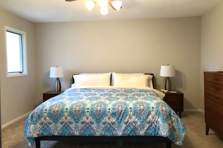 Cozy King Bed & Private Bath - 1 Mi to Kishwaukee