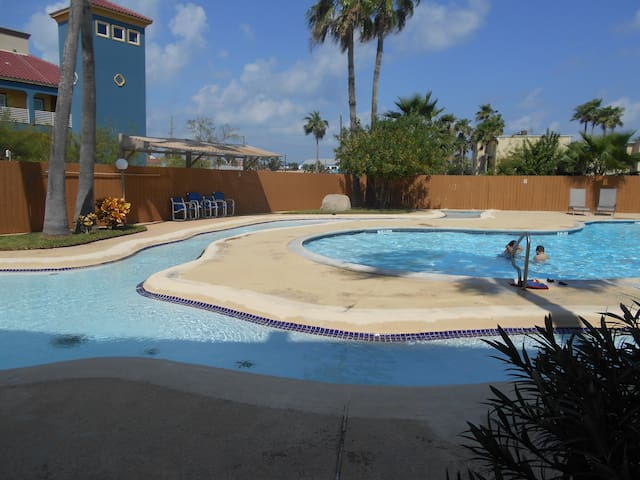 2/2,FIRST FLOOR,AMAZING POOL, PARKING,WIFI!!