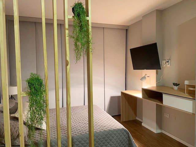 Dormitorio con tv, aire acondicionado, cortinas Black out y terraza exterios pequeña