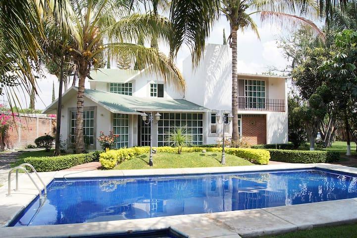 Hermosa casa con alberca y enormes jardines. - Cocoyoc