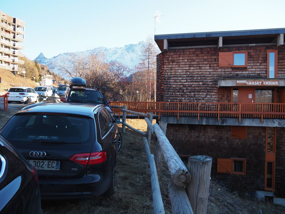 Arrivee au chalet Irene, entrée par le niveau 3. Arrival at Irene, entrance at level 3. Private Parking.