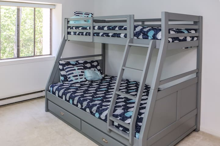 Bunk beds with an additional trundle assures space for everyone.