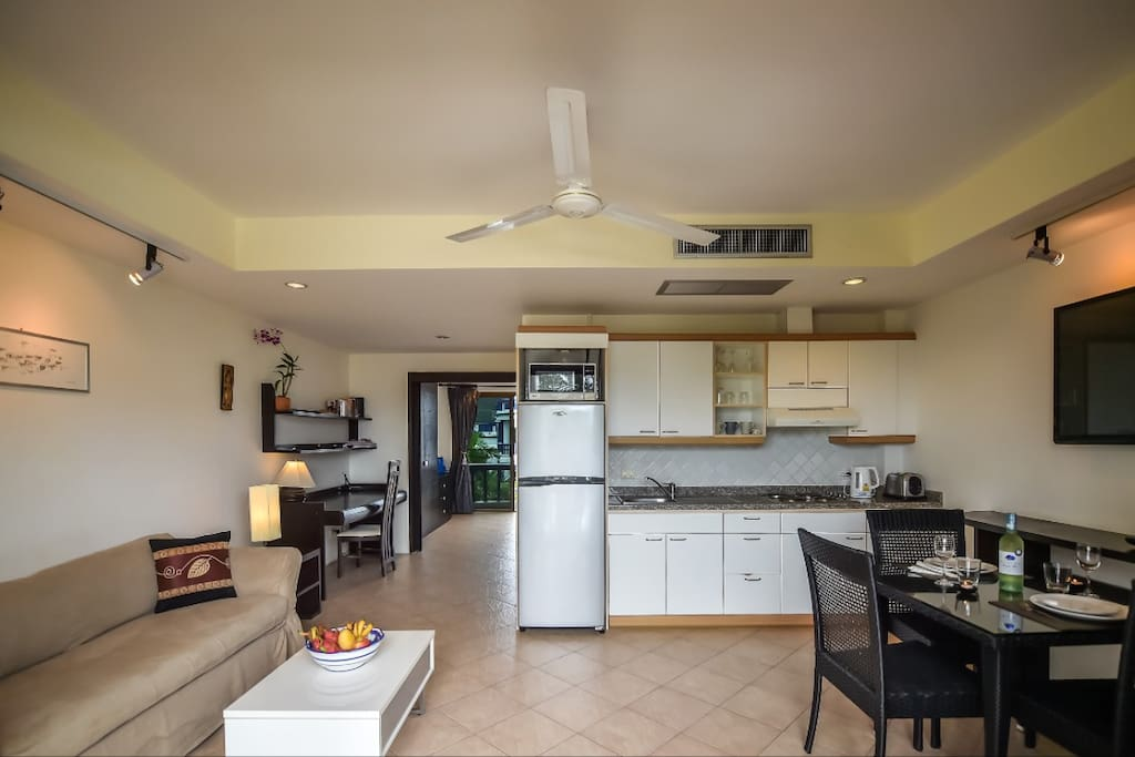 Charming 1 bedroom apartment with 2 air conditioning units, 2 flat screen televisions, one king sized bed in the bedroom and one queen sized sofa bed. Flip up coffee table and high quality dining table and 4 chairs. Make up desk in the bedroom, desk, one bathroom.