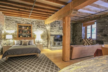 Old Mtl: Exposed Brick Historic Loft by Notre Dame - Montreal - Loft