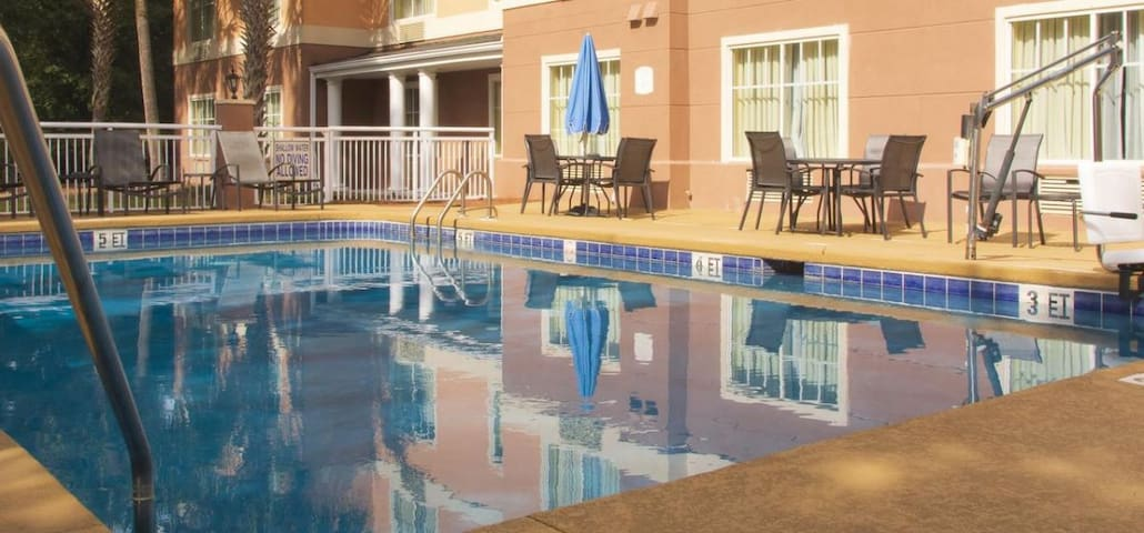 Great Find for 16 Guests, Pool, Breakfast, Parking