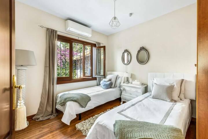 Bedroom 2. En-suite. Two twin beds. (Available king size bed, on request). Habitación 2.  2 camas twin, disponible 1 cama King. (Bajo petición)