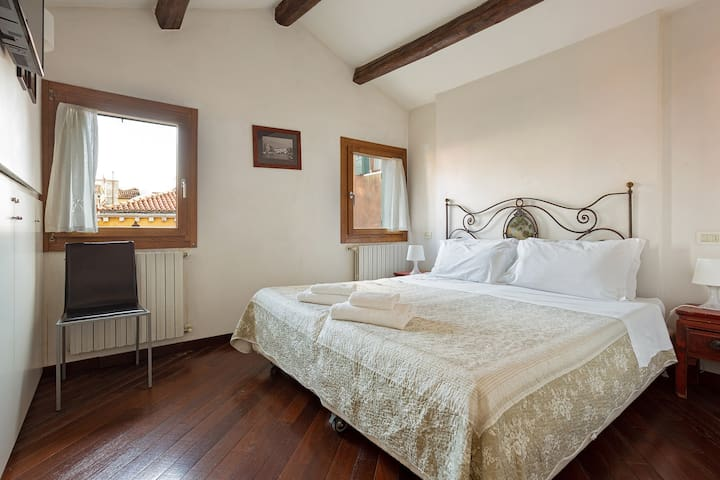 Sunny suite next to the Rialto Bridge w/ rooftop views - walk everywhere!