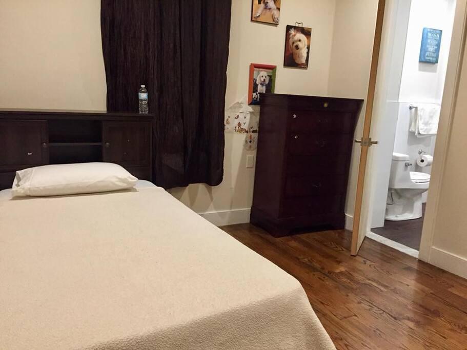 Dormitorio con cama de 1 plaza / Twin size bed