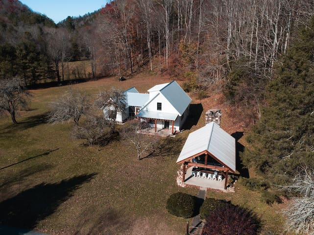 Creekside Mountain Retreat steps away from the AT